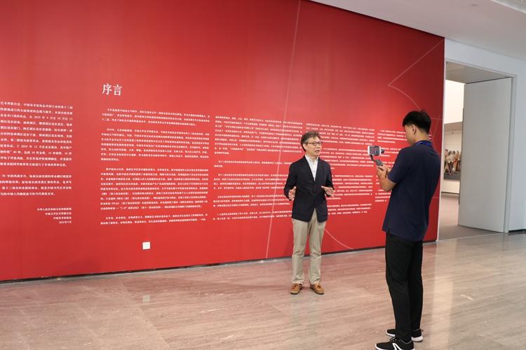 17中国美协理论委员会主任、《美术》杂志主编尚辉在做展览作品导览直播.jpg