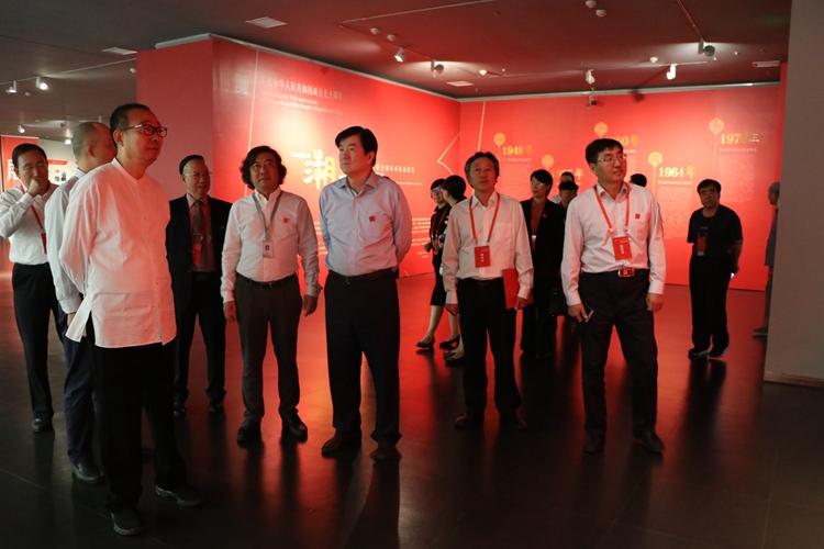 12领导嘉宾参观文献展.jpg
