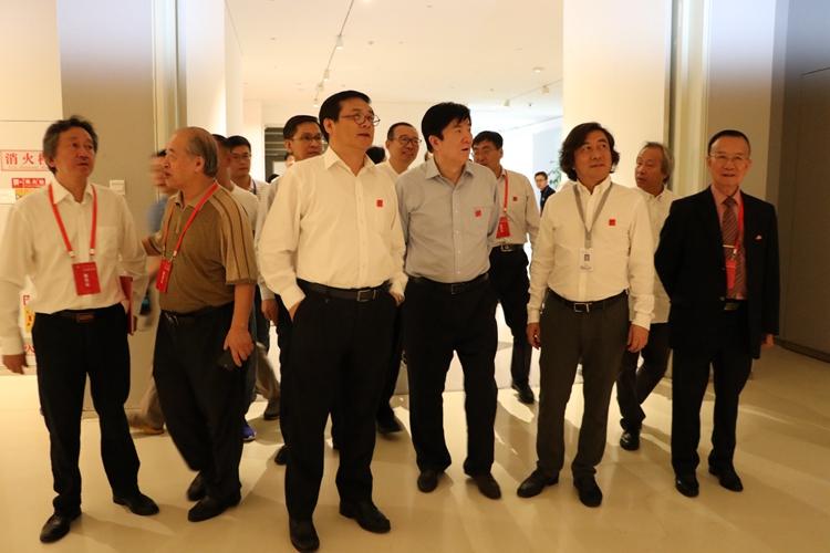 11领导嘉宾参观展览.jpg