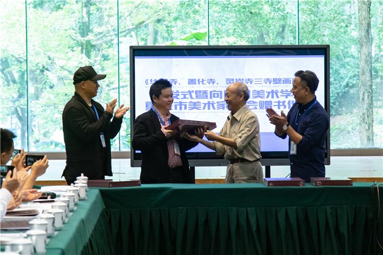 3 赠书(左起:王颖生、庞茂琨、孙景波、毛晓剑).jpg